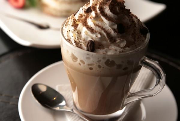 Фотография кофе с мороженым и панкейком
