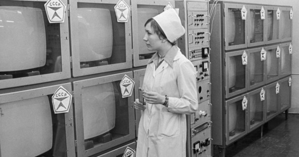 Работница завода по производству телевизоров